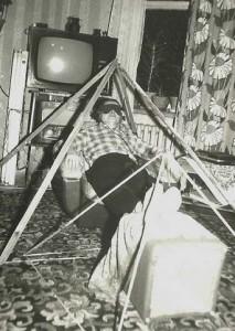 Antoni Dwilewicz podczas seansu pod składaną piramidą. (zdj. L.Matela)