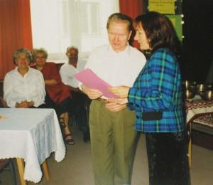 Prezes Teresa Toczydłowska wręcza Antoniemu Dwilewiczowi dyplom uznania przyznany przez PTP (Zdj. T.Toczydłowska)